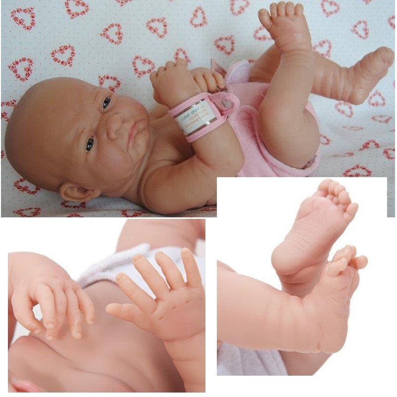 Realistyczna hiszpańska lalka bobas Dziewczynka ref. 18501 - fałdki na nóżkach, grymas na twarzy.