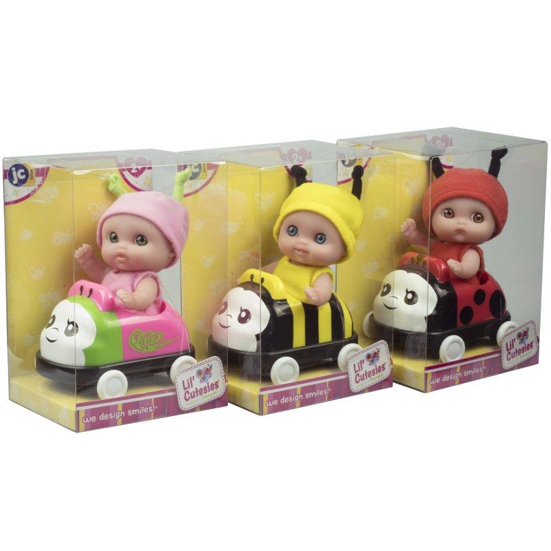 Małe laleczki Lil' Cutesies zapakowane w ładne przeźroczyste pudełka.
